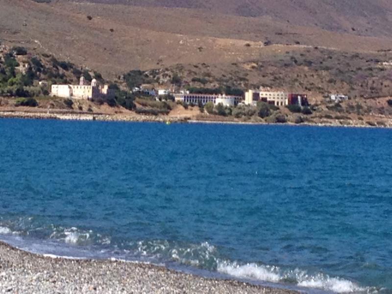 Blaues Meer und weiter Kiesstrand