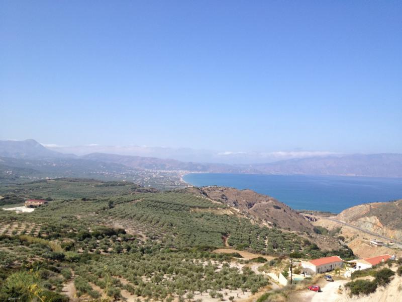 Weite, Fernsicht von den Anhöhen auf Kreta über das Meer mit blauem Himmel