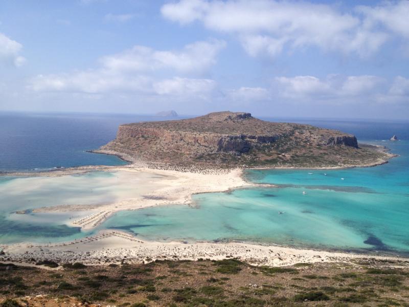 Blauer Himmel mit einigen Wolken, Sandbänken und Lagunen, das Meer glasklar