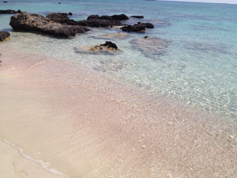 Strand mit rosa Kieselsteinen auf Elafonisis, Kreta