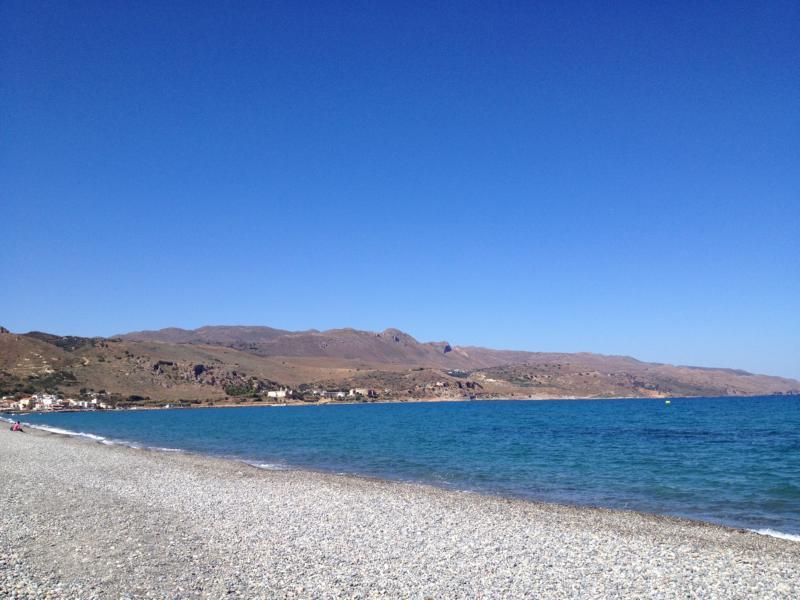 Blauer Himmel, blaues Meer und weiter Kiesstrand