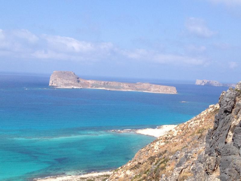 Blaues Meer und blauer Himmel mit der Insel Gramvousa Hintergrund
