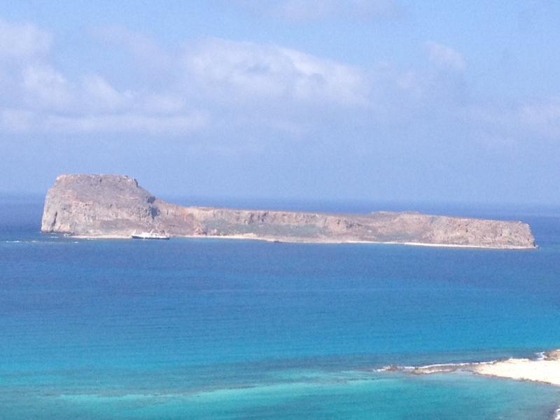 Blaues Meer und blauer Himmel mit wenig Wolken und der Insel Gramvousa