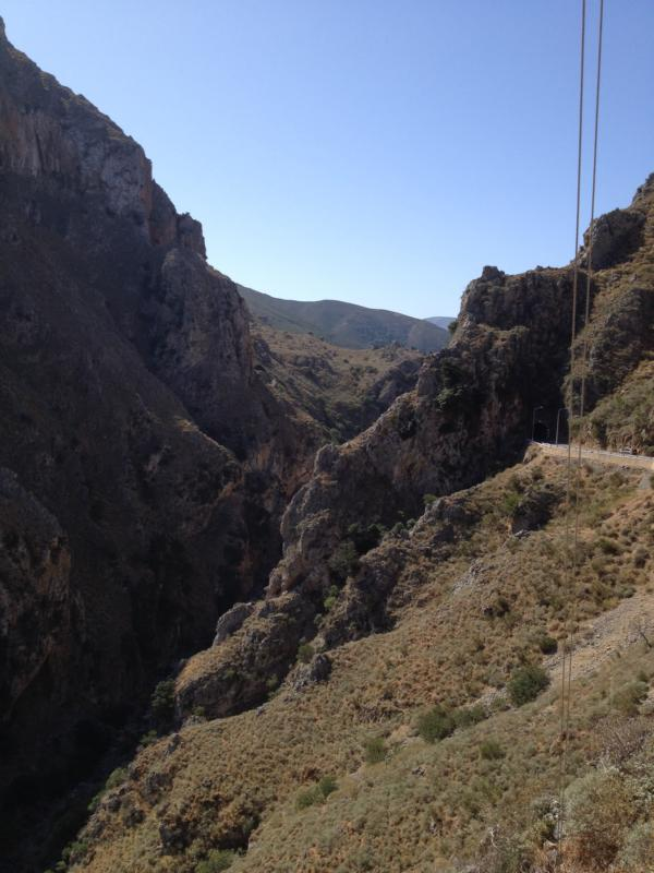 Schlucht am Weg nach Elafonisis mit blauen Himmel im Hintergrund