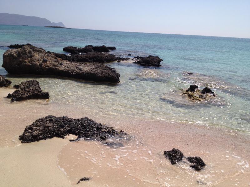 Strand mit rosa Kieselsteinen und feinstem Sand auf Elafonisis, Kreta