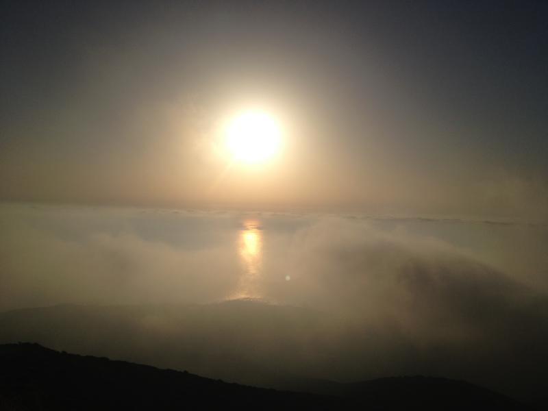 Sonne über den Nebelwolken auf der Fahrt durch die Berge, Kreta